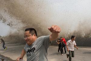 钱塘江秋潮再起 观潮者被打翻在地