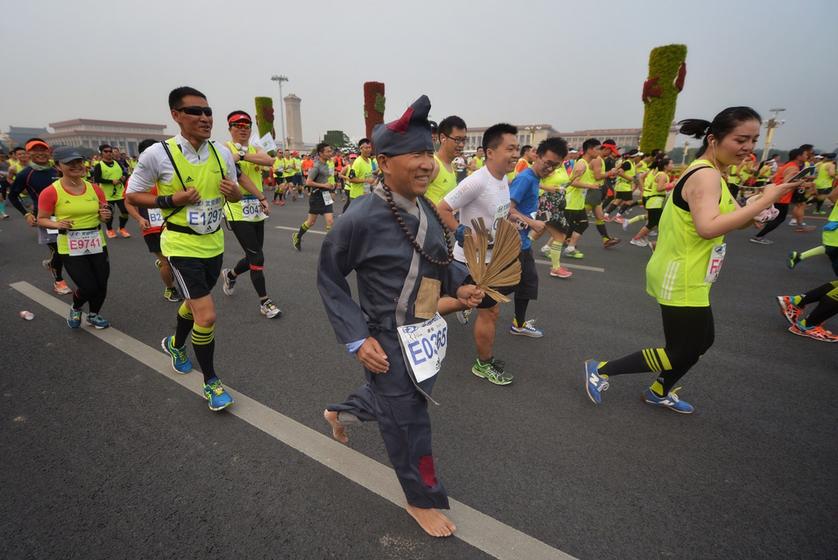 2015年北京国际马拉松赛在天安门广场开跑. 东方IC-北京马拉松开跑