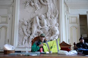 巴黎清洁工罢工 占领市长办公室拍照