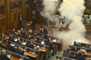 科索沃议会骚乱 反对派放催泪弹