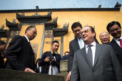 2015年11月2日,重庆,法国总统奥朗德在重庆市长黄奇帆的陪同下参观湖广会馆。 JOHANNES EISELE/视觉中国
