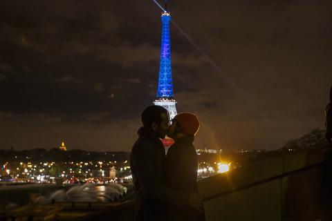 法国埃菲尔铁塔亮起蓝