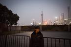 上海外滩元旦夜警力密布保游客安全