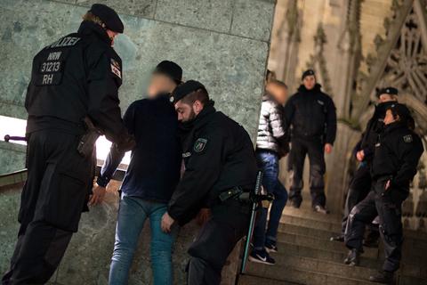 """当地时间2016年1月5日,德国科隆,德国警方在科隆中心地铁站搜查嫌疑犯。据报道,2015年12月31日晚,大批民众聚集在科隆市区主要火车站和教堂外庆祝新年即将来临。约1000名""""醉酒和富有攻击性""""的青年男子趁机作案,目前约90名妇女向警方举报受到众多男子性侵和抢劫,其中包括一名便衣女警。目击者称涉案男性是阿拉伯人或北非人长相。科隆市长则表示目前不应急于下定论。 MARIUS BECKER/东方IC"""