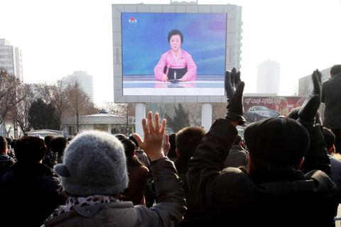 当地时间2016年1月6日,朝鲜平壤,朝鲜民众收看电视台关于第一枚氢弹成功试验的新闻报道。 东方IC