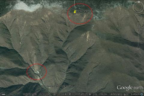"""zi当地时间2015年11月3日,谷歌地球卫星照片显示的朝鲜丰溪里核试验场(下方红圈),上方红圈则是""""地震""""震中。当地时间2015年1月6日,据朝鲜媒体报道,朝鲜方面当天进行了氢弹试验。 视觉中国"""