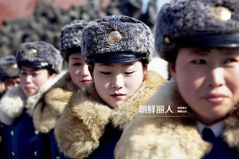 朝鲜是中国的邻居,对多数中国人来说,却显得无比的神秘。近些年来,越来越的游客、记者走进这个国度,在揭开其神秘面纱的同时,朝鲜也不时成为世界舆论关注的焦点。走进朝鲜就会发现,平壤确实是一个盛产美女的地方,比起韩国的那些人造美女,朝鲜美女更加自然纯朴。军人、空姐、乘务员、厨师、药剂师,在一身身制服的映衬下,朝鲜的职业女性更显得光彩夺目,美丽动人。没有政治、不谈局势,摄影师用镜头还原了一个想象之外的高颜值朝鲜。 David Guttenfelder/东方IC