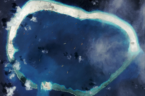 """2015年1月18日消息,美国智库""""战略与国际问题研究中心""""(CSIS)近日公布中国南沙群岛目前第一大岛和第二大岛美济礁、渚碧礁的填海造陆照片。目前美济礁约6平方公里,渚碧礁约4.3平方公里,永暑礁约2.8平方公里,三岛总陆域面积达到13平方公里。而此前最大的岛屿太平岛只有0.51平方公里。2016年1月8日,卫星图片显示的美济礁。 视觉中国"""