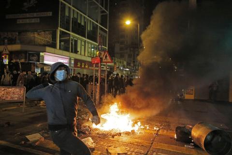 2016年2月9日凌晨,香港旺角,示威者向警察投掷砖头和其他杂物。据香港媒体报道,正值农历新年,当日凌晨,香港旺角山东街与酬兰街交界发生警民冲突,警方一度展示红旗、施放胡椒喷雾,并向示威者挥动警棍控制场面,有示威者向警员投掷杂物。事件中至少有44名警察和记者受伤,部分伤势严重,警方已逮捕24人。