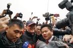 政协会议将开幕 赵本山等名人入场引狂拍