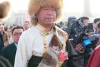 18名西藏代表佩戴领导人头像胸章参会