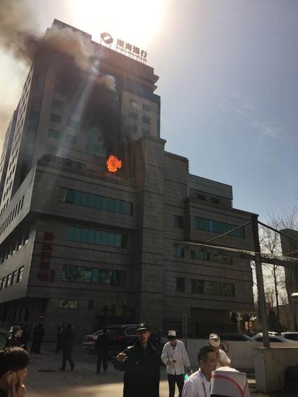 北京魏公村地铁附近寰泰大厦起火_图片频道_财新网