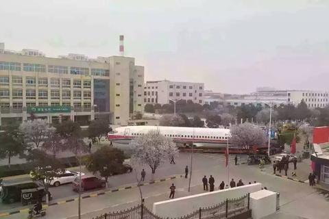 陕西西安市阎良区街头堵了一架飞机