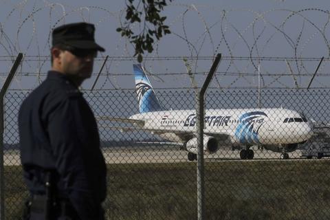 2016年3月29日,塞浦路斯,一名警察驻守遭遭劫持的埃及航空飞机。当日埃及航空一架载编号为MSR181的航班被劫持,目前已经降落在塞浦路斯的拉纳卡机场。塞浦路斯一名匿名官员称,机上或许有炸弹,而且劫持者人数或多于一名。 视觉中国