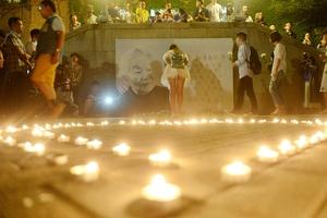 杨绛先生去世 清华师生点蜡悼念校友