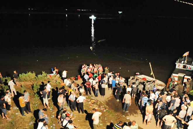 福建龙舟赛发生翻船事故 导致3人失联