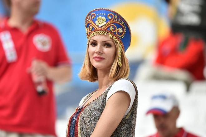 2016欧洲杯英俄之战 美女球迷现场助阵