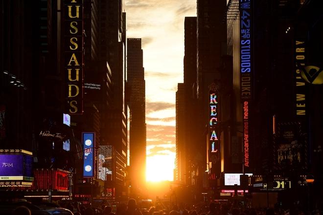 """纽约迎""""曼哈顿悬日""""奇观 市民争相拍摄"""