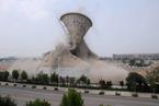 山东滨化老厂58米高冷却塔机械拆除