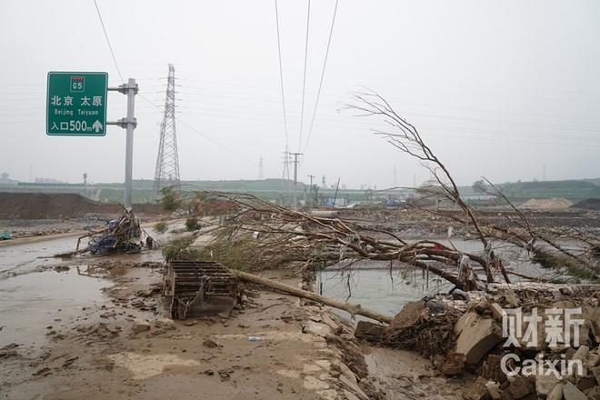 河北井陉小作镇淤泥遍地 村民痛失亲人仍在找寻