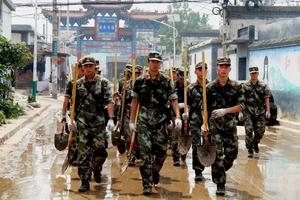 小作村武警和村民联手清淤