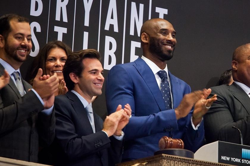 国纽约,NBA篮球明星科比·布莱恩特与合伙人杰夫·斯蒂贝尔敲响