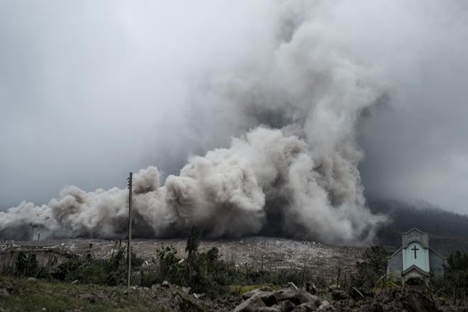 印尼锡纳朋火山爆发 火山灰飘下覆盖村庄