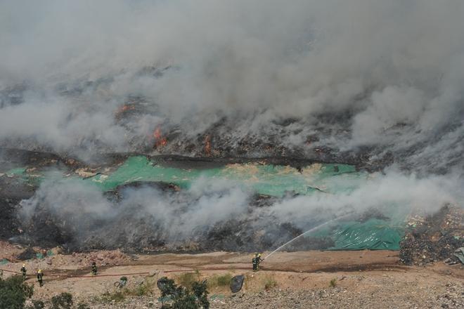 广州火烧岗垃圾填埋场着火 附近居民疏散