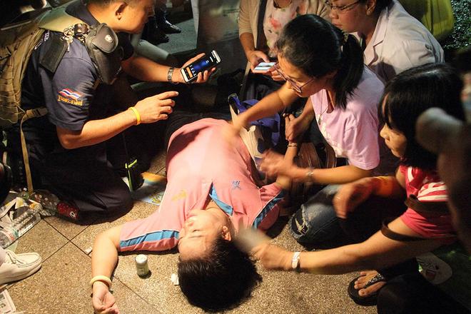 泰国国王普密蓬去世 民众难以接受痛哭晕倒