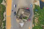 """航拍河南杞县""""钉子户"""" 最窄处仅容一辆车通行"""