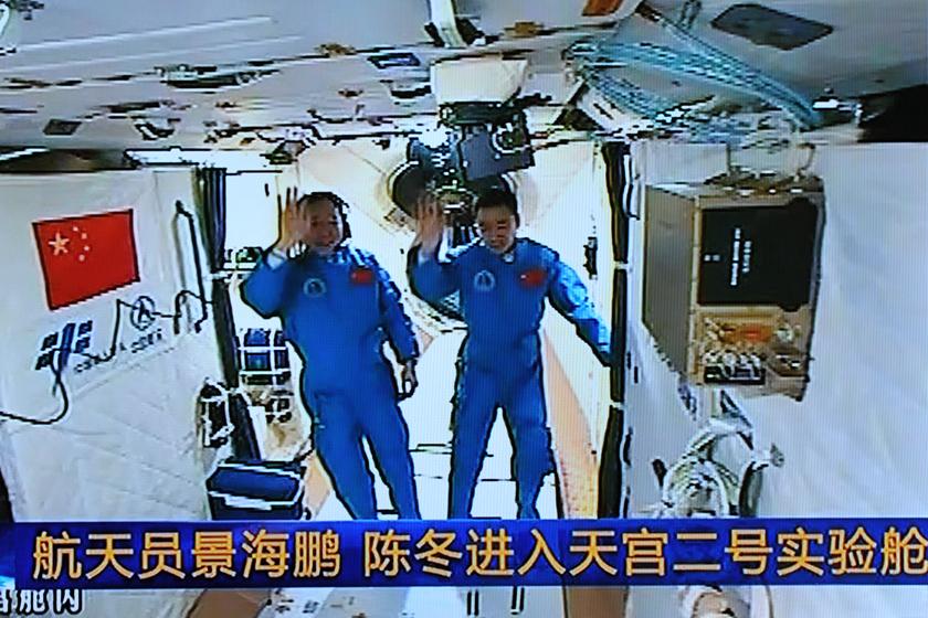 神八航天员_未来人类太空生活的探索与遐想 (图)_画画大全