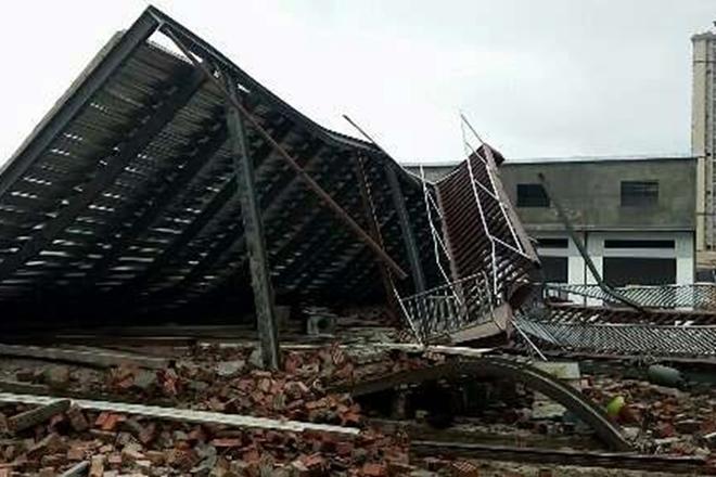 南宁一公司钢架结构棚倒塌 3人被埋