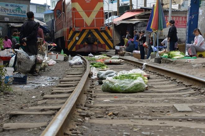 """贵州遵义""""铁路菜市场"""" 火车从菜摊上开过"""