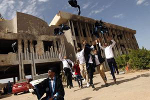 大学遭战火摧毁 学生废墟前拍毕业照