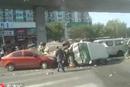 北京北苑家园门口多车连撞 伤者送往医院