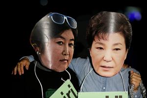 韩国民众戴朴槿惠面具抗议
