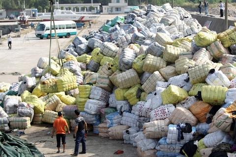 2016年11月17日,深圳葵冲土洋码头,废旧衣物堆放在码头上,准备运往盐田垃圾焚烧发电厂进行销毁。 图自东方IC