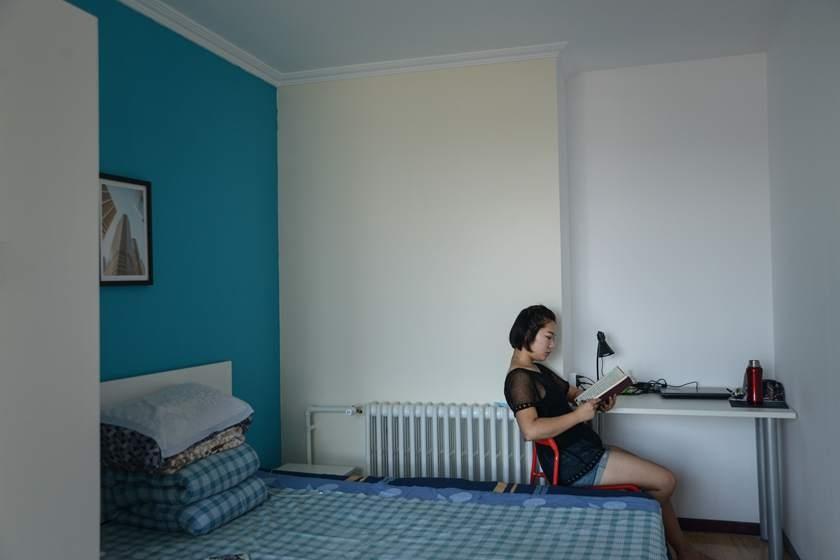2016年7月26日,北京,22岁的许珠珠7月8号来到北京。她的家乡在江苏宿迁,今年刚从大连一所高校毕业。租房地点:丰台区,每月房租1000多。租房子很麻烦,需要考虑很多因素。工作后,她不希望再问家里要钱了。北京市社科院、社会科学文献出版社共同发布的北京蓝皮书显示,目前北京市常住外来人口中,80后和70后占比超过八成。如今,越来越多90后也加入了北漂大军。在他们眼里,北京是一座发展前景好、能拿高工资的城市。怀揣梦想与期待,他们离开家乡,成为北京的新鲜劳动血液。即便房价高,栖身难,他们依然选择来这里奋斗打拼