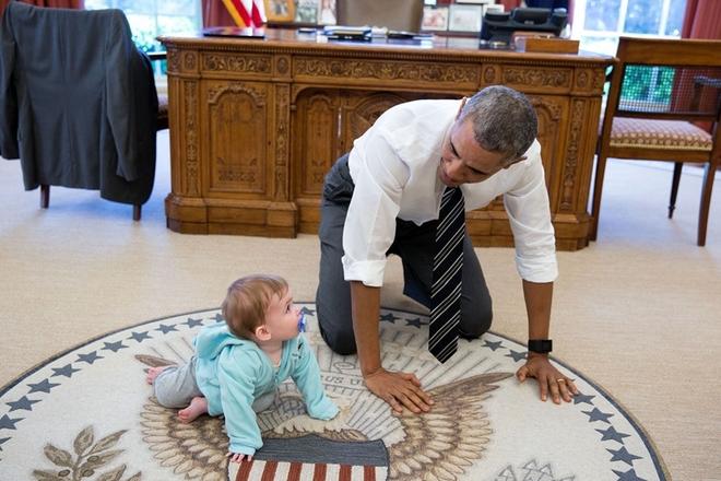 白宫公布奥巴马任内最后一年照片 逗萌娃体验VR