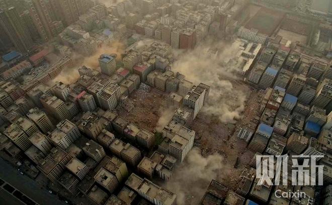 郑州最大城中村陈寨开始爆破 9栋楼轰然倒塌