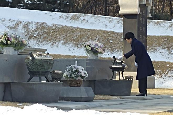 朴槿惠被停职后首次外出 赴显忠院为父母扫墓