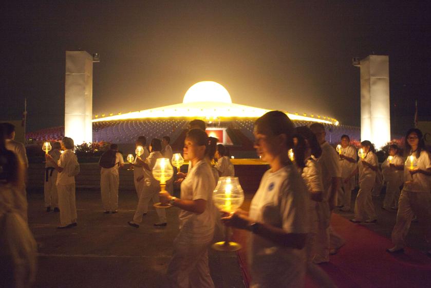 泰国民众庆祝万佛节 在巨型佛像前祷告