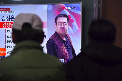 当地时间2017年2月14日,韩国首尔,民众观看电视上播出的朝鲜领导人金正恩哥哥金正男遇害的新闻。据韩国《中央日报》、韩联社、Korea Times等多家韩国媒体报道,来自韩国政府的消息人士2月14日称,朝鲜最高领导人金正恩的同父异母兄长、朝鲜前领导人金正日的长子金正男,于当地时间2月13日上午约9点,在马来西亚遇害。 编辑:杜广磊 图/视觉中国