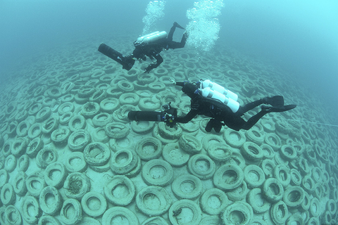 2017年2月15日讯(具体拍摄时间不详),美国佛州劳德代尔堡,奥斯本礁海底景观。20世纪70年代,奥斯本礁用两百万只废旧轮胎建造而成,以营造海底景观,然而轮胎松动后,礁失去了作用,并开始与附近的天然礁碰撞,并在此过程中造成了破坏。该项目已被列为环境灾难。美方军队仍在进行大规模的清理工作。图自视觉中国