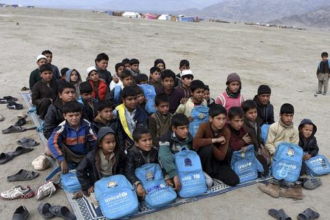 当地时间2017年2月16日,阿富汗拉格曼省,阿富汗儿童在营地外一个露天学校上课。他们是一批在联合国难民署的帮助下自愿从巴基斯坦回到了阿富汗的难民。虽然过去15年,阿富汗在教育方面已经取得了较大进步,有920万的孩子在17400所学校中得到了受教育的机会,这其中还包括40%的女孩,但是阿富汗仍有300万的学龄儿童处于失学中,超过千所学校因各种原因常年关闭,其主要原因是武装袭击威胁。东方ic