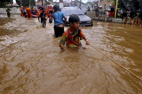 当地时间2017年2月16日,印尼雅加达,近两日来的强降雨导致当地洪水泛滥,街头积水高至腰部。图自视觉中国