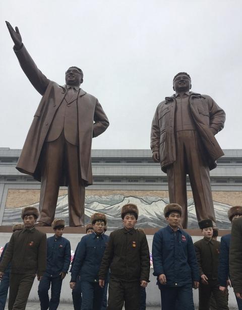 """当地时间2017年2月16日,朝鲜平壤,朝鲜男子参拜前领导人金日成和金正日雕像。当日为朝鲜前领导人金正日诞辰,即""""光明星节""""。平壤市民每年节日当天都会参加舞蹈活动和前往平壤的金日成和金正日雕像前进行参谒。 东方IC"""