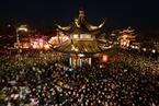一周天下:元宵节游客挤爆秦淮灯会 台湾游览车翻覆