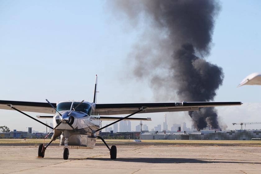 澳大利亚小型飞机坠机后撞向商场 机上5人全部死亡