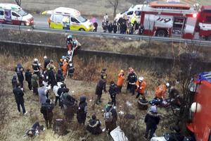 韩国一辆载有大学生的客车坠下山坡